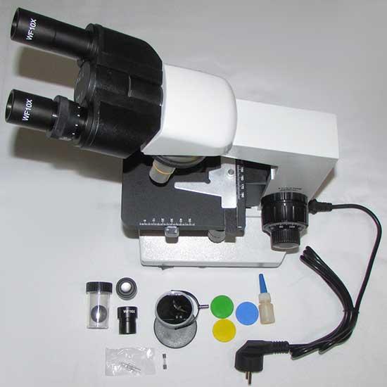 نمای بالایی میکروسکوپ 1600 برابر بهمراه متعلقات شامل: روغن ایمرسیون - فیلترهای رنگی - ائینه مقعر - عدسی چشمی - محفظه عدسی شیئی - فیوز - لامپ یدک و کابل برق