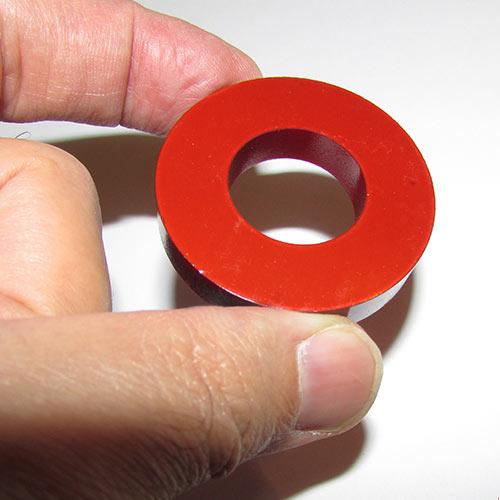آهنربای حلقه ای شکل با قطر 4.5 سانتیمتر و رنگ قرمز روشن