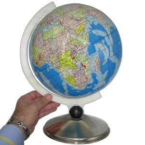 نمایی دیگر از درک ابعاد مدل کره زمین با قطر ۳۰ سانتیمتر زبان فارسی